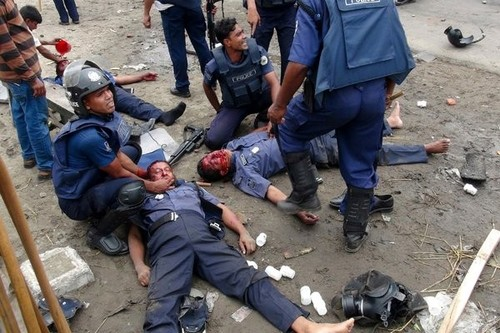 imgpolice-officers-aided-wounded-colleagues-narayanganj-bangladesh-after-clashes-islamist.jpg